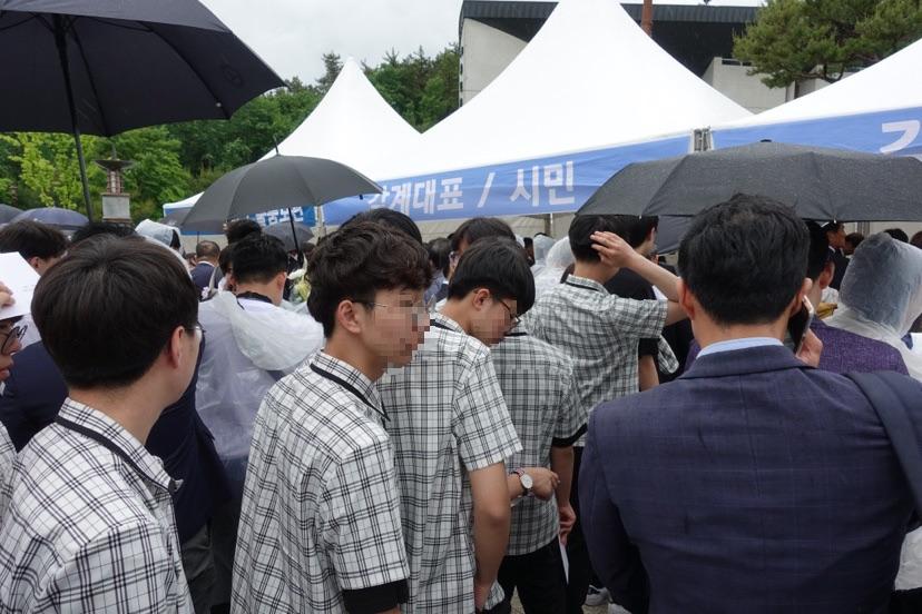 在老師的帶領之下,參與紀念儀式的韓國學生