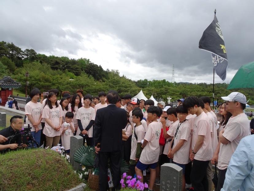 韓國當地教師向同學解說光州事件及尹尚源與朴基順烈士的故事